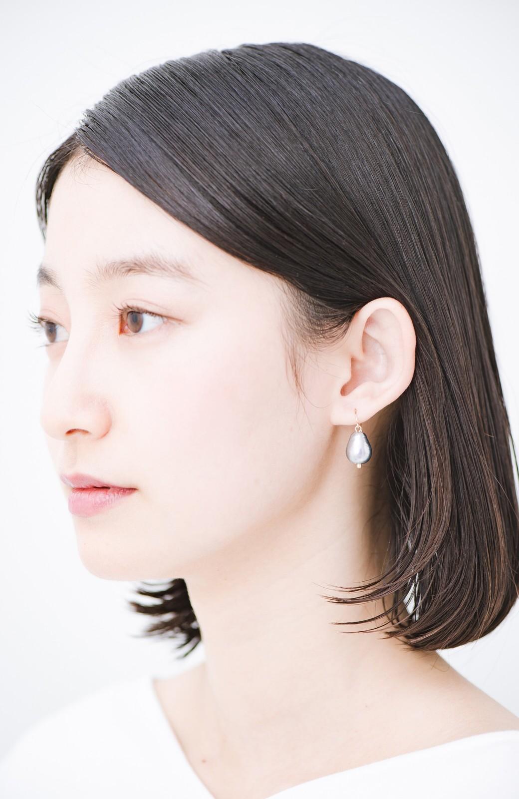 haco! さりげなく耳もとで揺れる コットンパールのシンプルイヤアクセ <グレー>の商品写真3