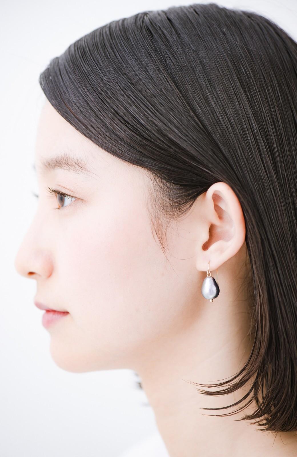haco! さりげなく耳もとで揺れる コットンパールのシンプルイヤアクセ <グレー>の商品写真4