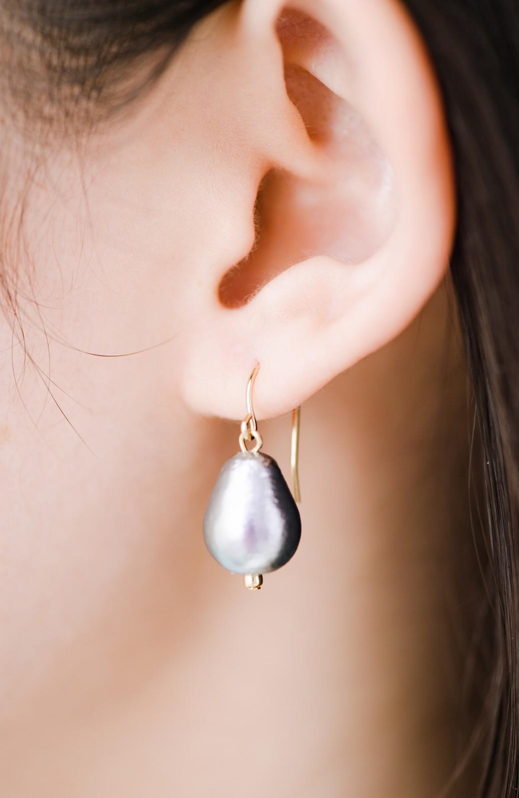 haco! さりげなく耳もとで揺れる コットンパールのシンプルイヤアクセ <グレー>の商品写真5