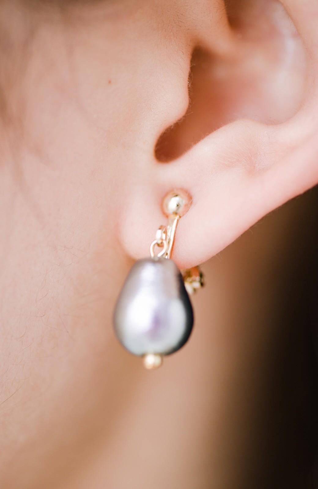 haco! さりげなく耳もとで揺れる コットンパールのシンプルイヤアクセ <グレー>の商品写真9