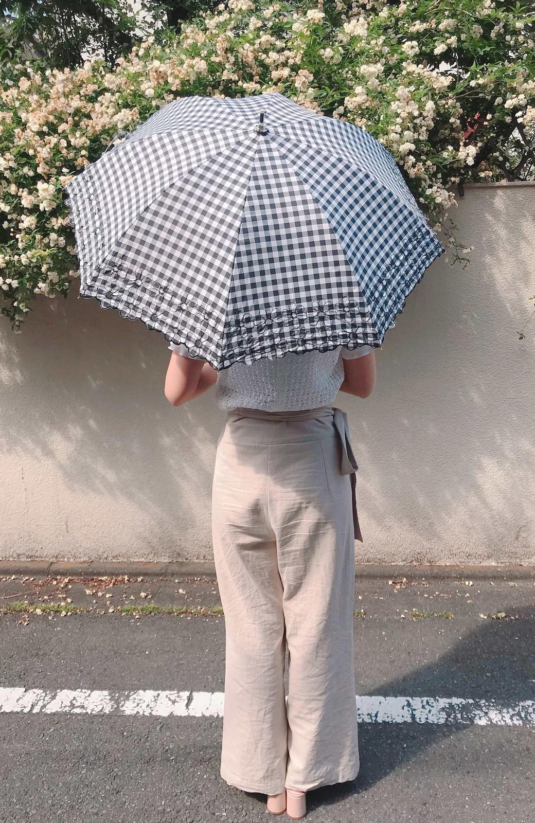 haco! Wpc. <晴雨兼用>遮光ギンガムチェックフラワー刺繍日傘 <ブラック>の商品写真3