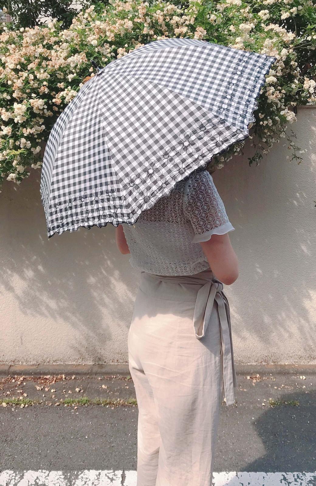 haco! Wpc. <晴雨兼用>遮光ギンガムチェックフラワー刺繍日傘 <ブラック>の商品写真6