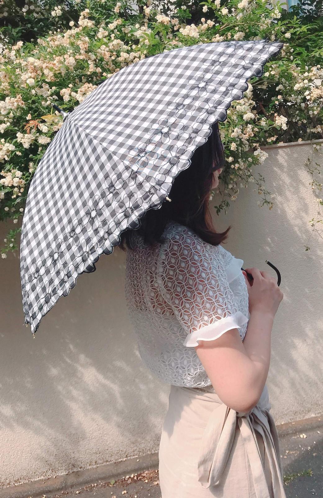 haco! Wpc. <晴雨兼用>遮光ギンガムチェックフラワー刺繍日傘 <ブラック>の商品写真2