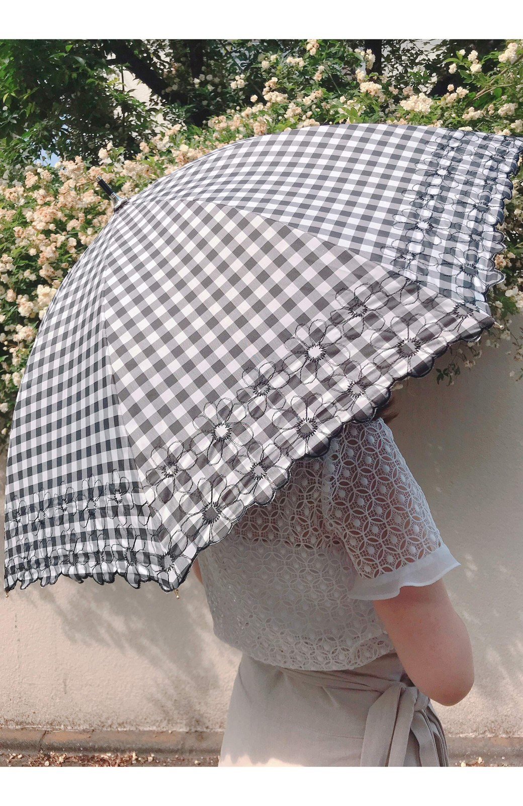 haco! Wpc. <晴雨兼用>遮光ギンガムチェックフラワー刺繍日傘 <ブラック>の商品写真8