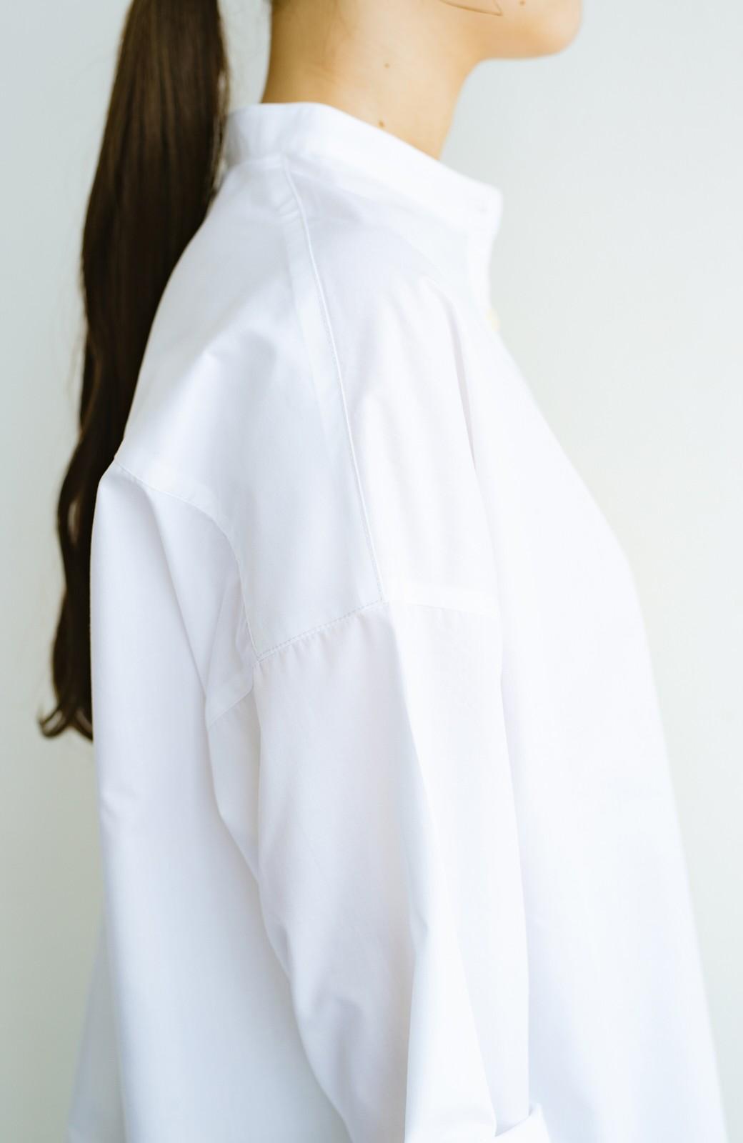 haco! 【あまる肩幅党】肩幅広めがなんのその! きちんと見えて肩まわりゆったりの定番スタンドカラーシャツ <ホワイト>の商品写真6