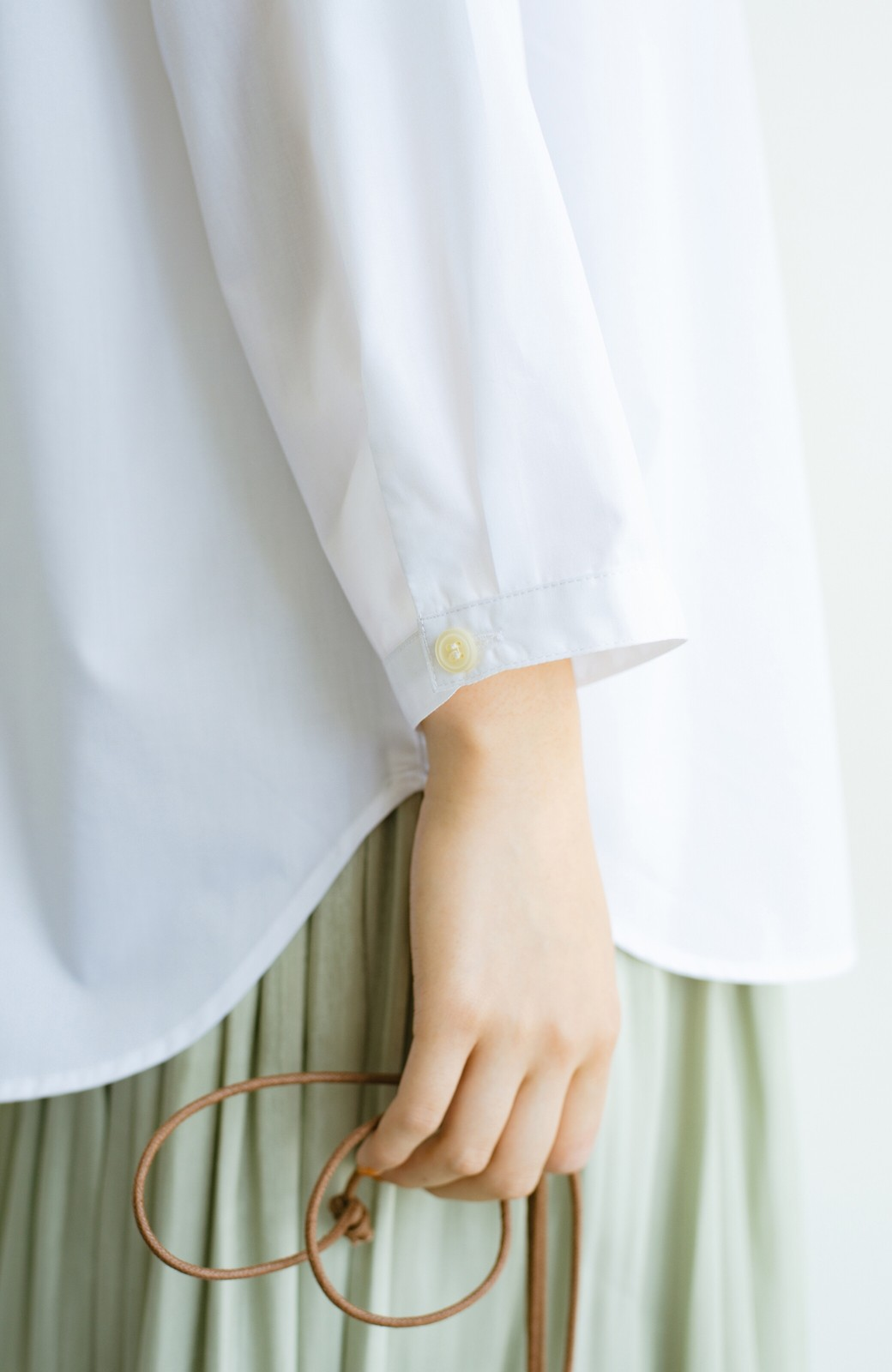 haco! 【あまる肩幅党】肩幅広めがなんのその! きちんと見えて肩まわりゆったりの定番スタンドカラーシャツ <ホワイト>の商品写真8