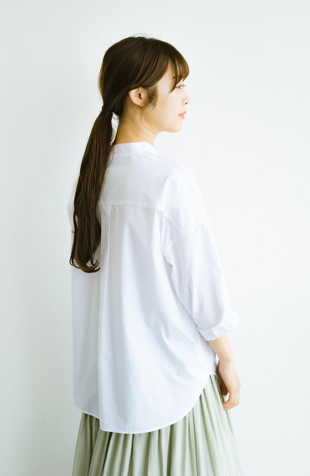 haco! 【あまる肩幅党】肩幅広めがなんのその! きちんと見えて肩まわりゆったりの定番スタンドカラーシャツ <ホワイト>の商品写真18