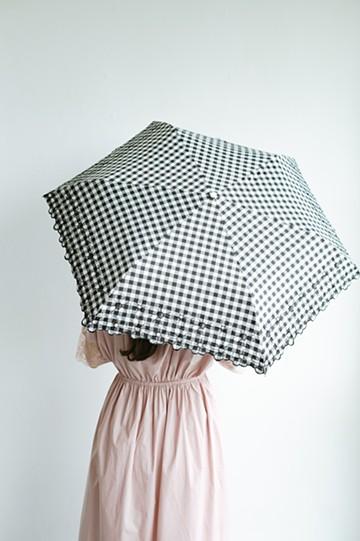 haco! 【再入荷】Wpc.<晴雨兼用>遮光ギンガムチェックフラワー刺繍折りたたみ日傘 <ブラック>の商品写真