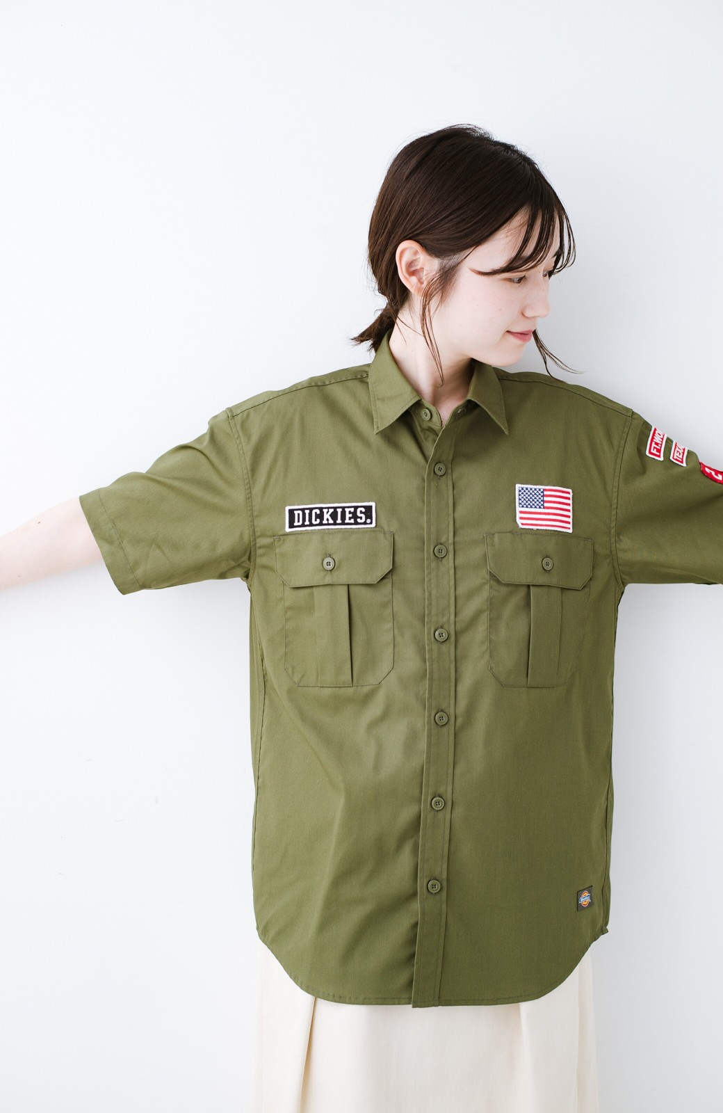 haco! Dickies TCツイルワッペン付きルーズフィット半袖ワークシャツ <オリーブ>の商品写真10
