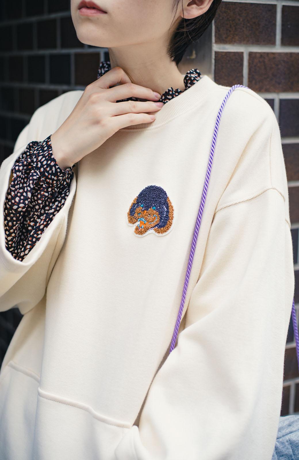 haco! haco! × RBTXCO何色がお好き?プードルちゃんのぷくぷく刺繍ワッペン付きスウェットプルオーバー <オフホワイト>の商品写真3