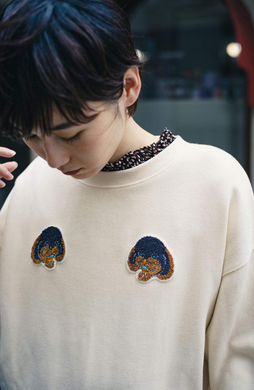 haco! haco! × RBTXCO何色がお好き?プードルちゃんのぷくぷく刺繍ワッペン付きスウェットプルオーバー <オフホワイト>の商品写真4