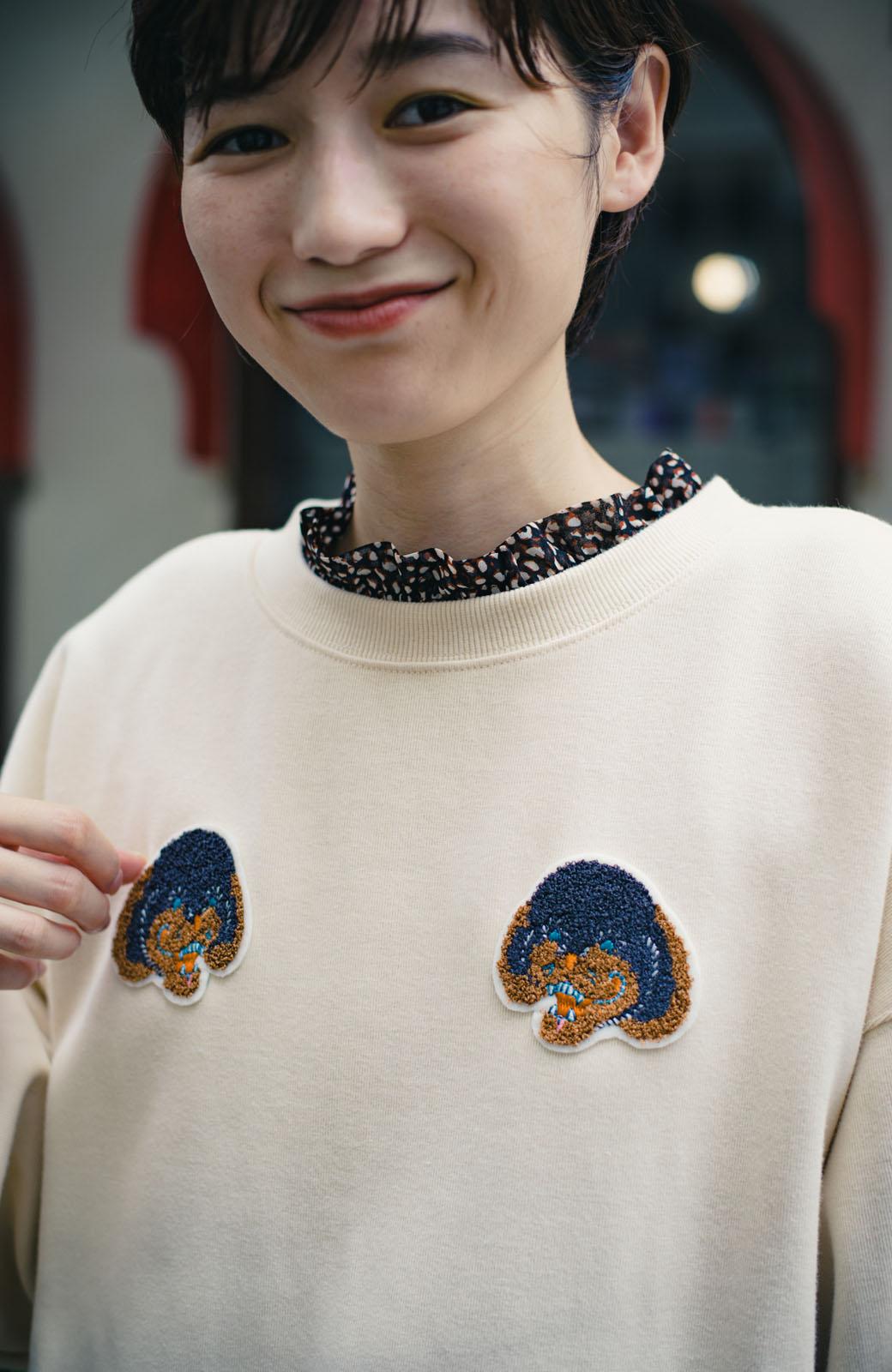 haco! haco! × RBTXCO何色がお好き?プードルちゃんのぷくぷく刺繍ワッペン付きスウェットプルオーバー <オフホワイト>の商品写真6