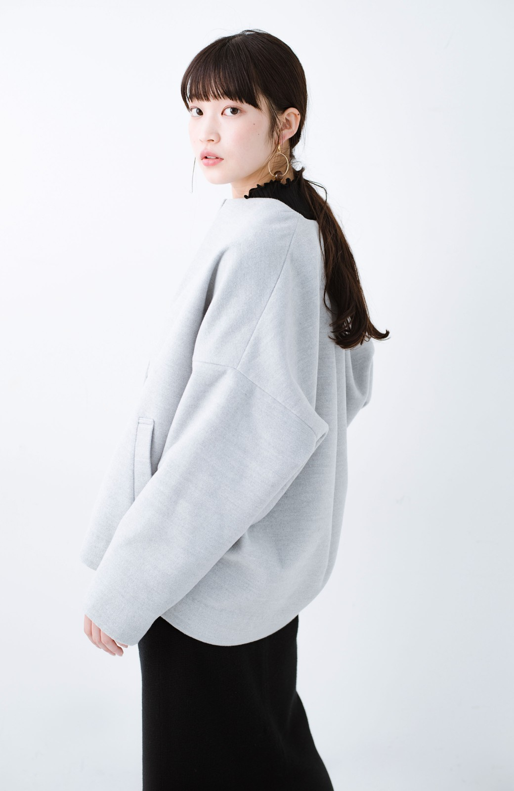 haco! インにどんなニットも着られるゆるシルエットのショート丈コート <グレー>の商品写真19