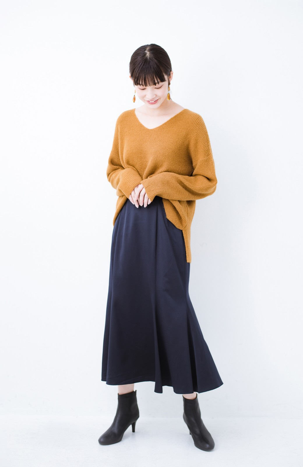 haco! スウェットやスニーカーを合わせても女っぽくいられるサテンマーメイドスカート by que made me <ネイビー>の商品写真2