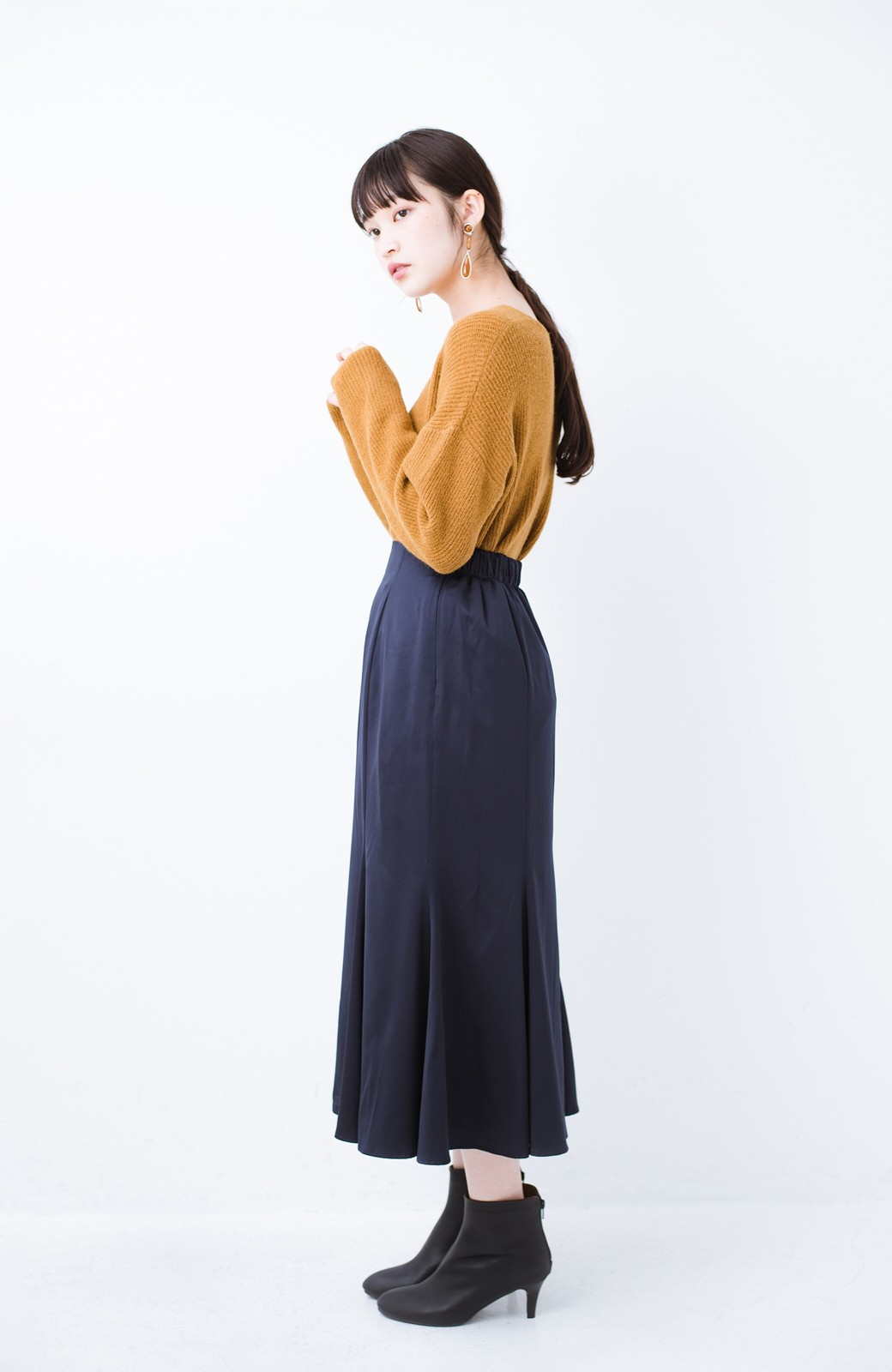 haco! スウェットやスニーカーを合わせても女っぽくいられるサテンマーメイドスカート by que made me <ネイビー>の商品写真12
