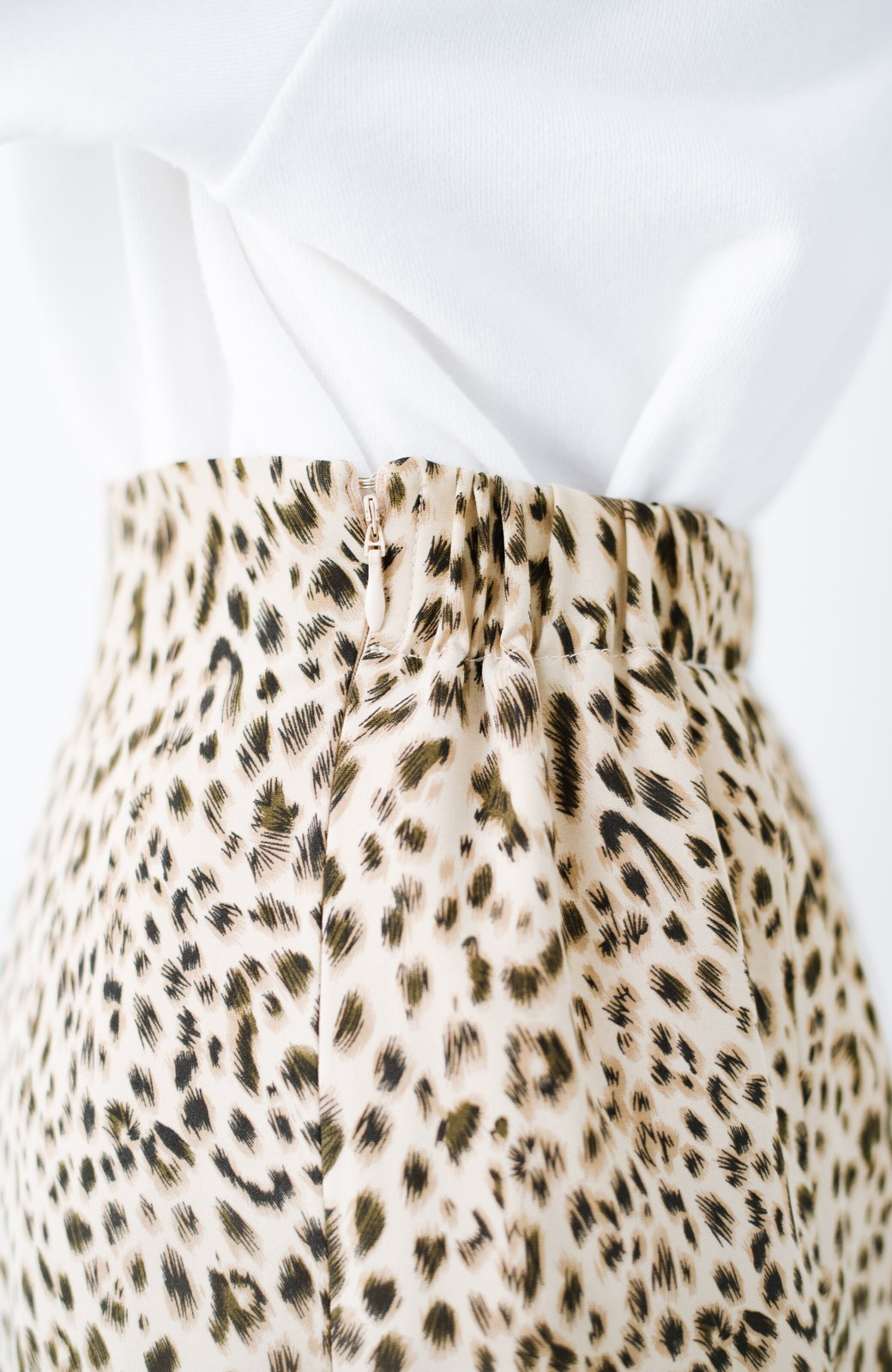 haco! スウェットやスニーカーを合わせても女っぽくいられるサテンマーメイドスカート by que made me <レオパード>の商品写真9