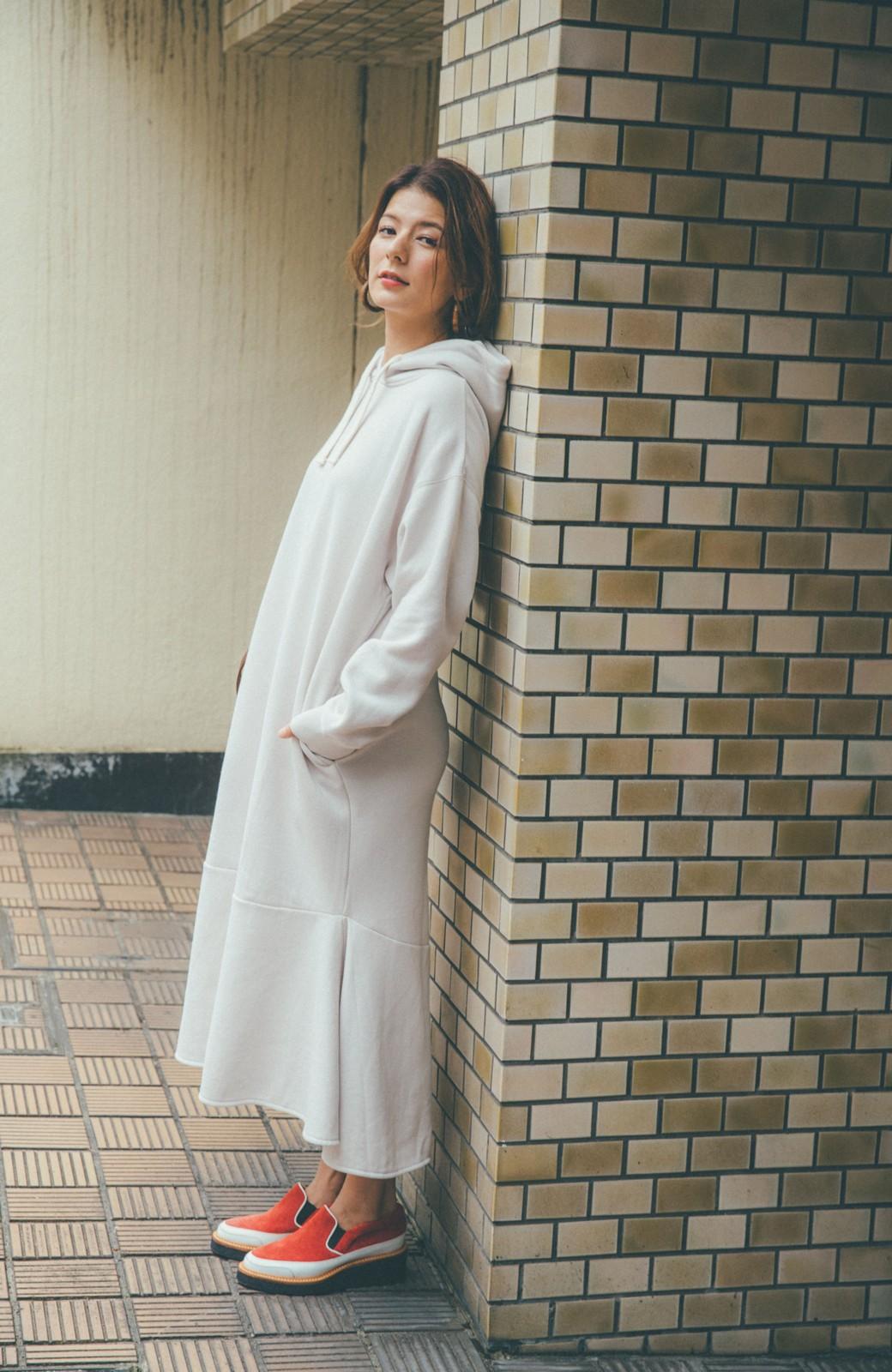haco! 【スザンヌさんコラボ】ペプラムシルエットのスウェットパーカーワンピース by LOVE&PEACE PROJECT <ライトグレー>の商品写真5