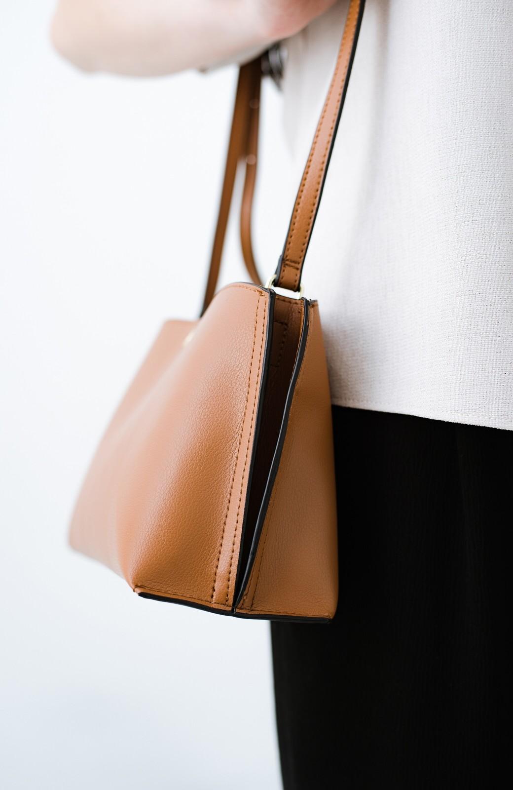 haco! Legato Largo かるいかばんシリーズ 軽量ボンディングフェイクレザーのシンプルショルダーバッグ <キャメル>の商品写真5