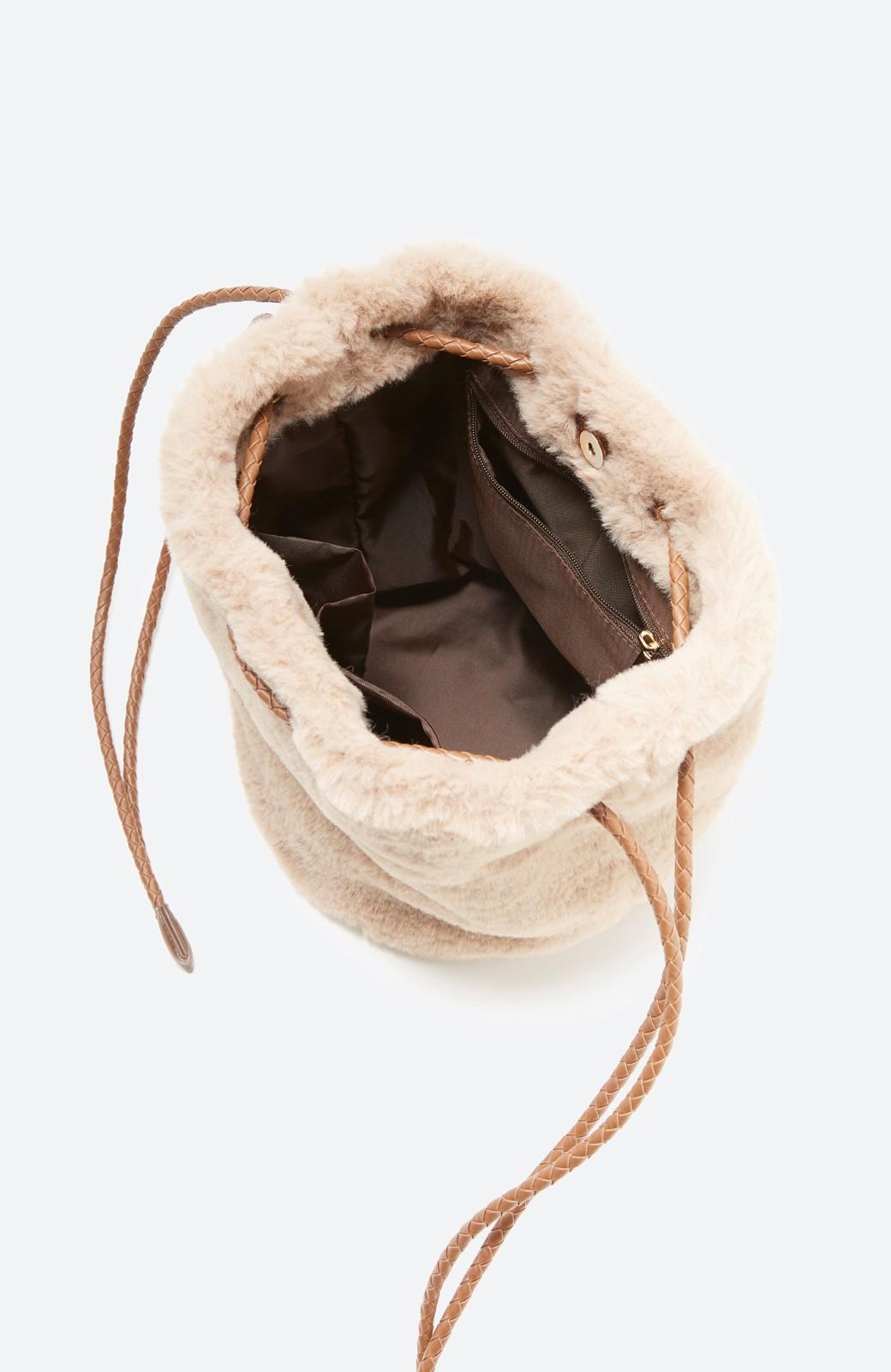haco! いつものコーデに合わせるだけでぐっと華やぐエコファー巾着バッグ <ベージュ>の商品写真3