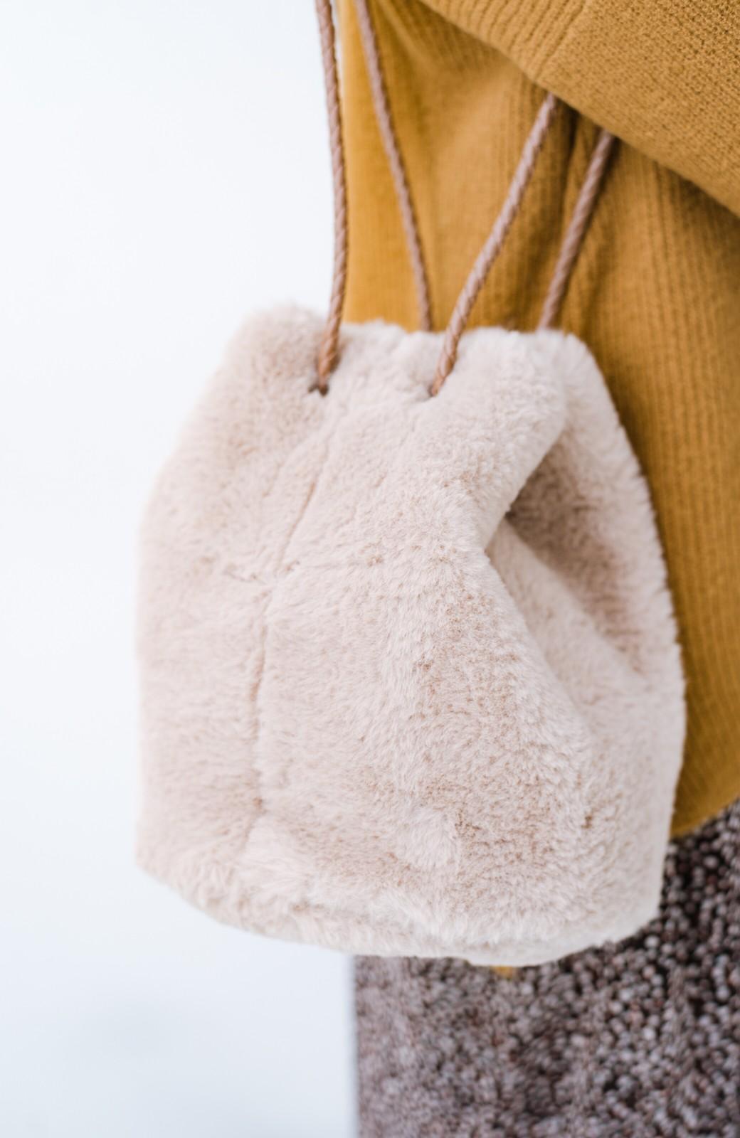 haco! いつものコーデに合わせるだけでぐっと華やぐエコファー巾着バッグ <ベージュ>の商品写真4
