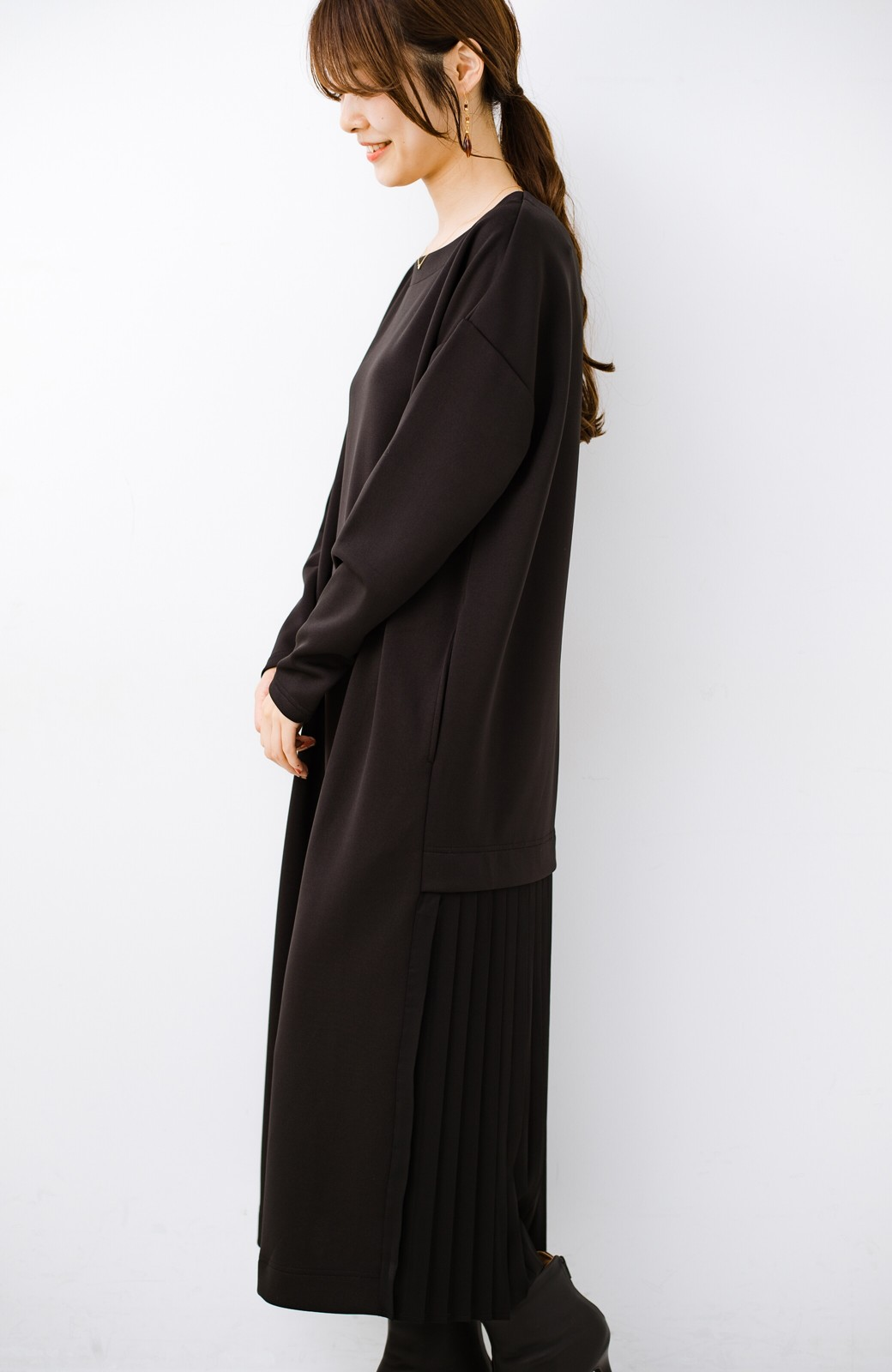 haco! 前はシンプルで着やすい&後ろ姿は最高にかわいい プリーツスウェットワンピース <ブラック>の商品写真14