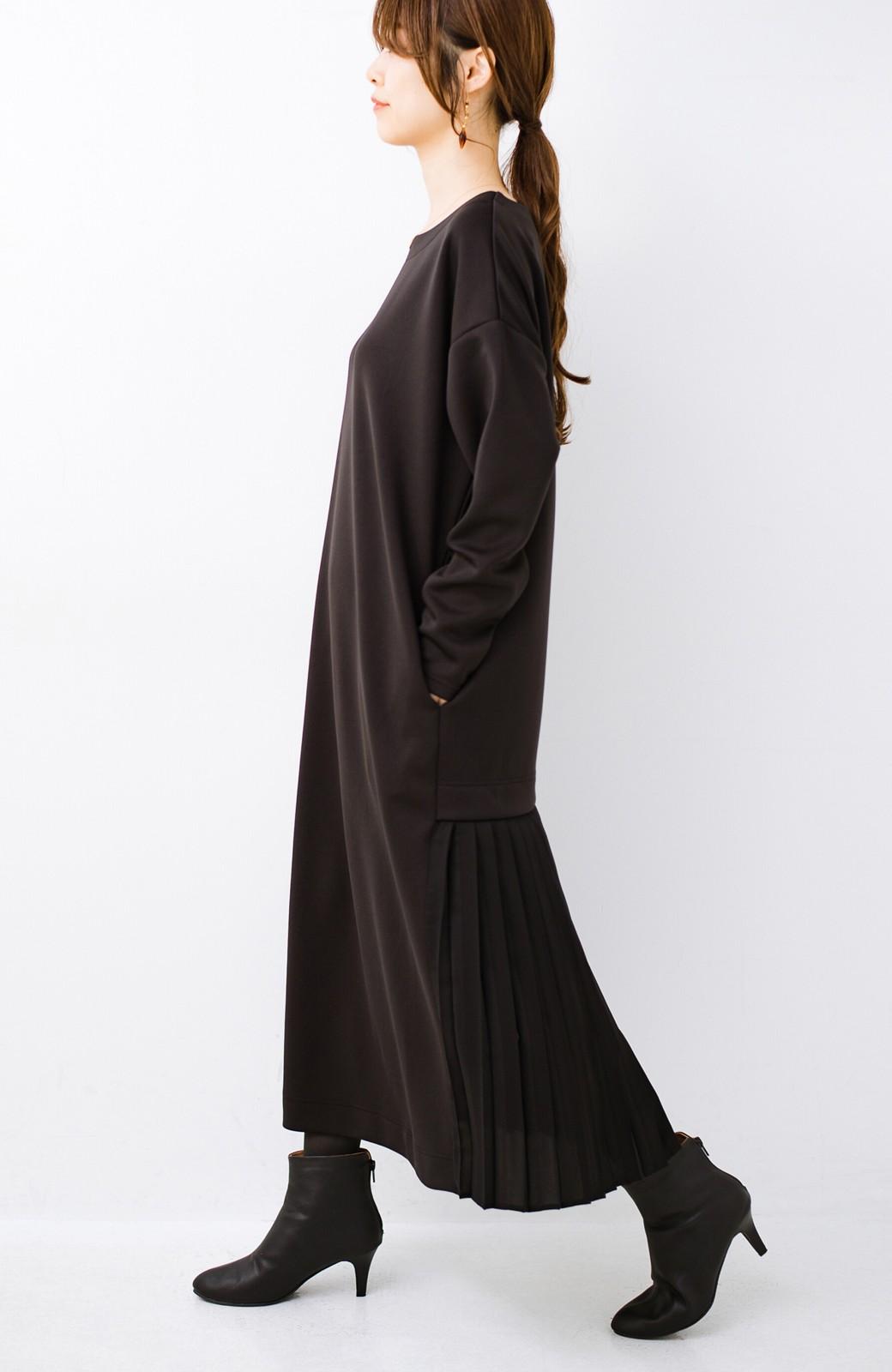 haco! 前はシンプルで着やすい&後ろ姿は最高にかわいい プリーツスウェットワンピース <ブラック>の商品写真1