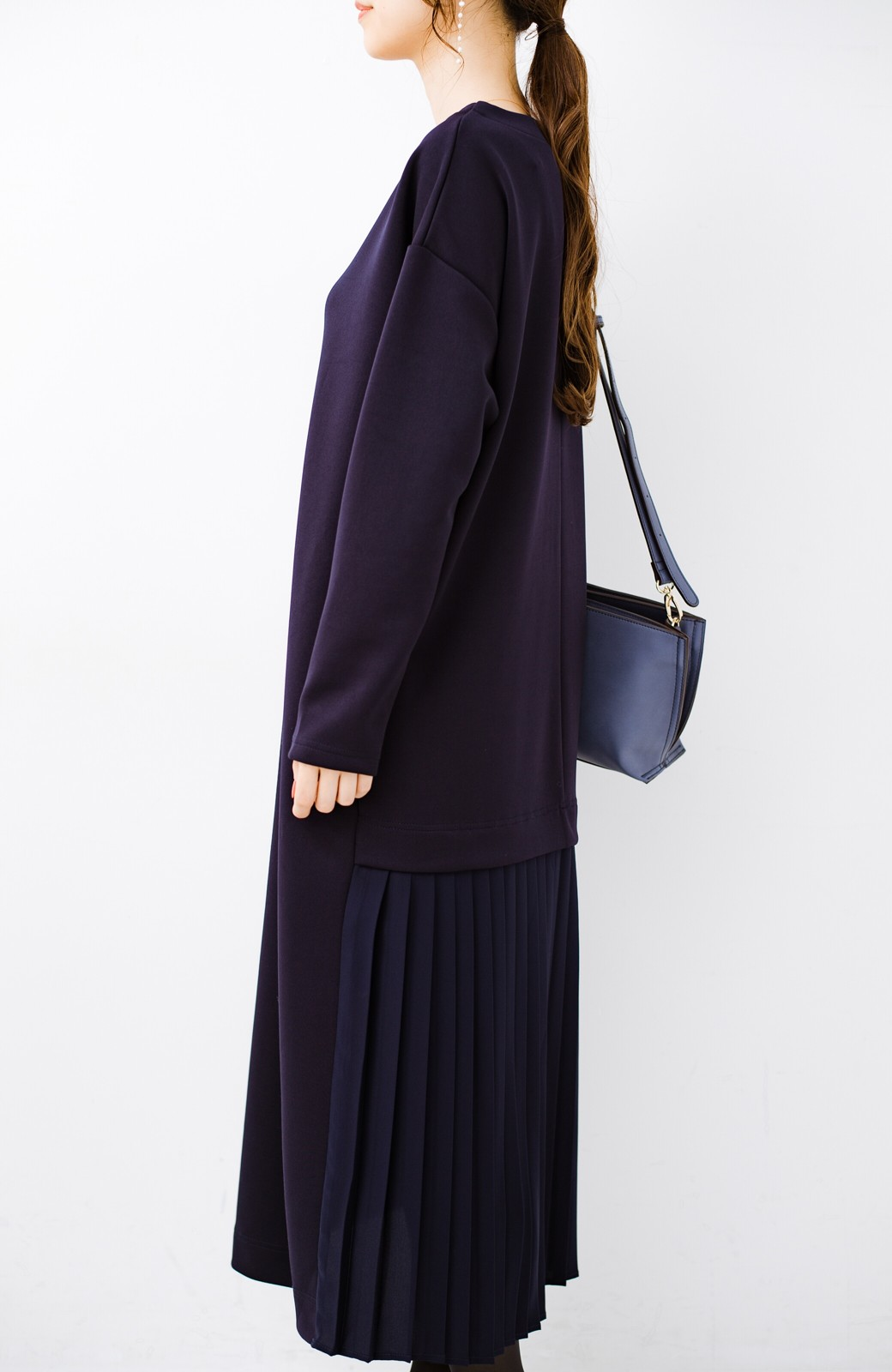haco! 前はシンプルで着やすい&後ろ姿は最高にかわいい プリーツスウェットワンピース <ネイビー>の商品写真7