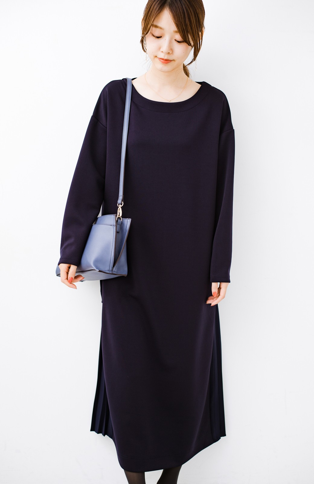 haco! 前はシンプルで着やすい&後ろ姿は最高にかわいい プリーツスウェットワンピース <ネイビー>の商品写真12