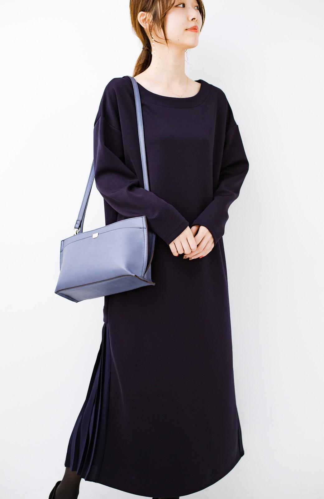 haco! 前はシンプルで着やすい&後ろ姿は最高にかわいい プリーツスウェットワンピース <ネイビー>の商品写真2