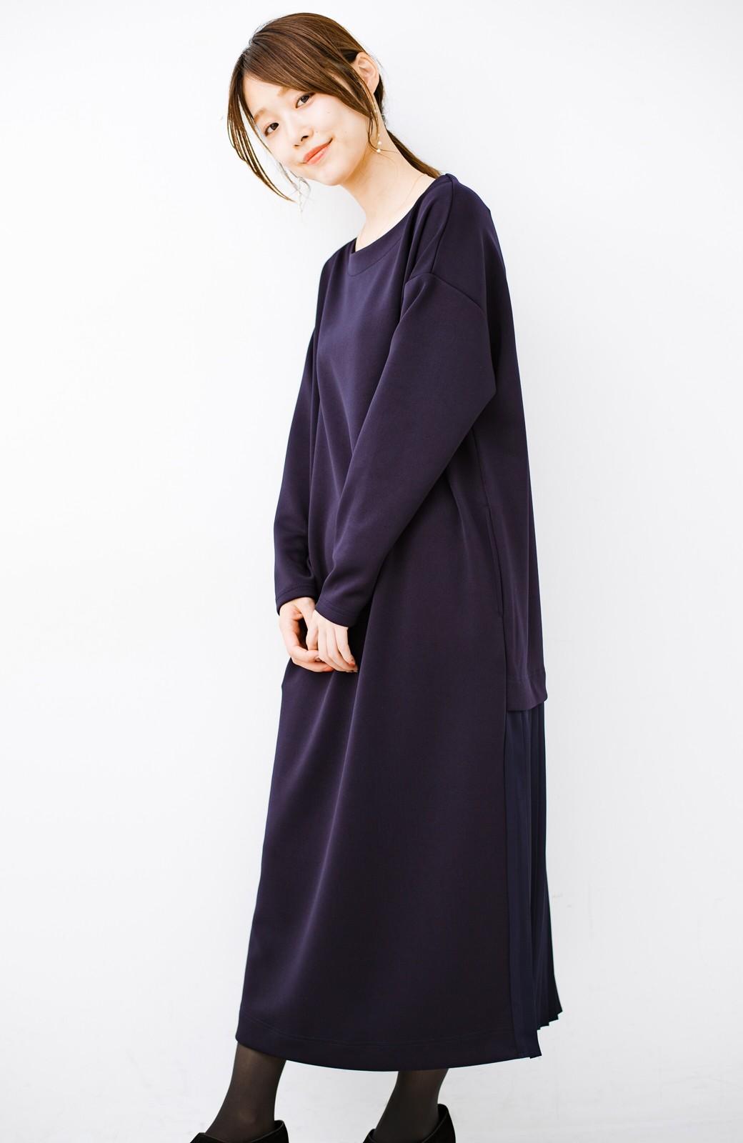 haco! 前はシンプルで着やすい&後ろ姿は最高にかわいい プリーツスウェットワンピース <ネイビー>の商品写真13