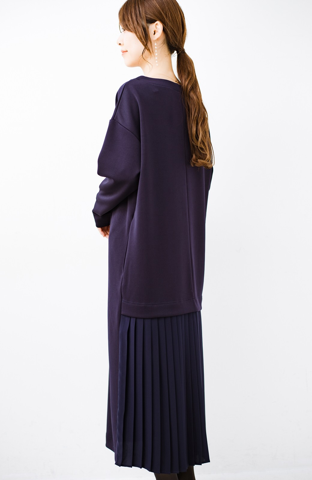 haco! 前はシンプルで着やすい&後ろ姿は最高にかわいい プリーツスウェットワンピース <ネイビー>の商品写真1
