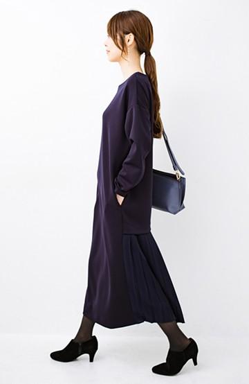 haco! 前はシンプルで着やすい&後ろ姿は最高にかわいい プリーツスウェットワンピース <ネイビー>の商品写真