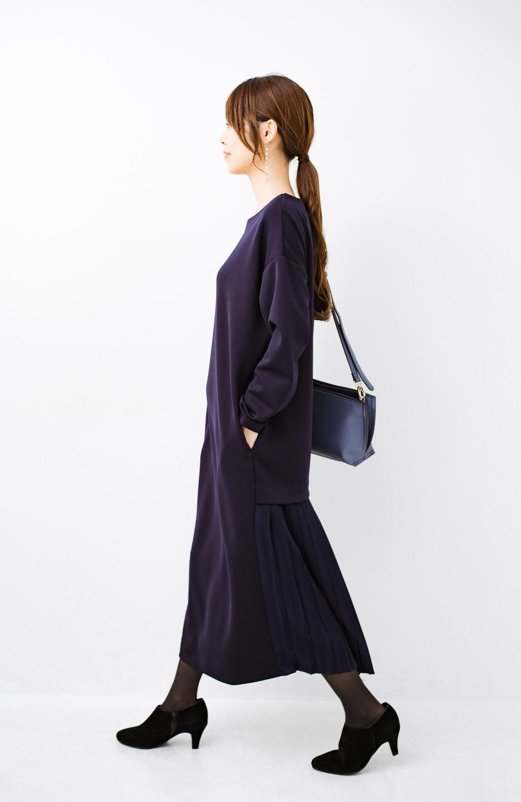 haco! 前はシンプルで着やすい&後ろ姿は最高にかわいい プリーツスウェットワンピース <ネイビー>の商品写真10