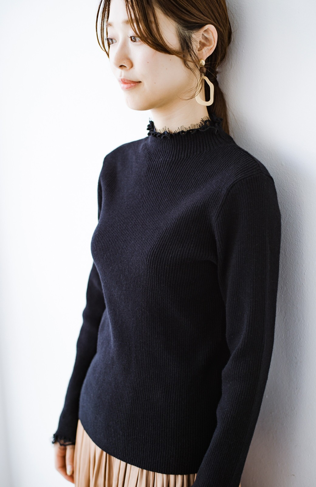 haco! 1枚でも重ね着でも便利!合わせやすくてかわいげを足せる 衿レース付きニットby style zampa <ブラック>の商品写真1
