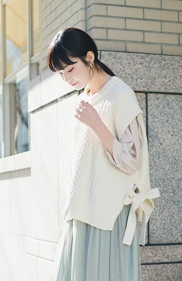 haco! ワンピースやシャツに重ねるだけであっという間に今っぽくなれるケーブル編みニットベスト <アイボリー>の商品写真