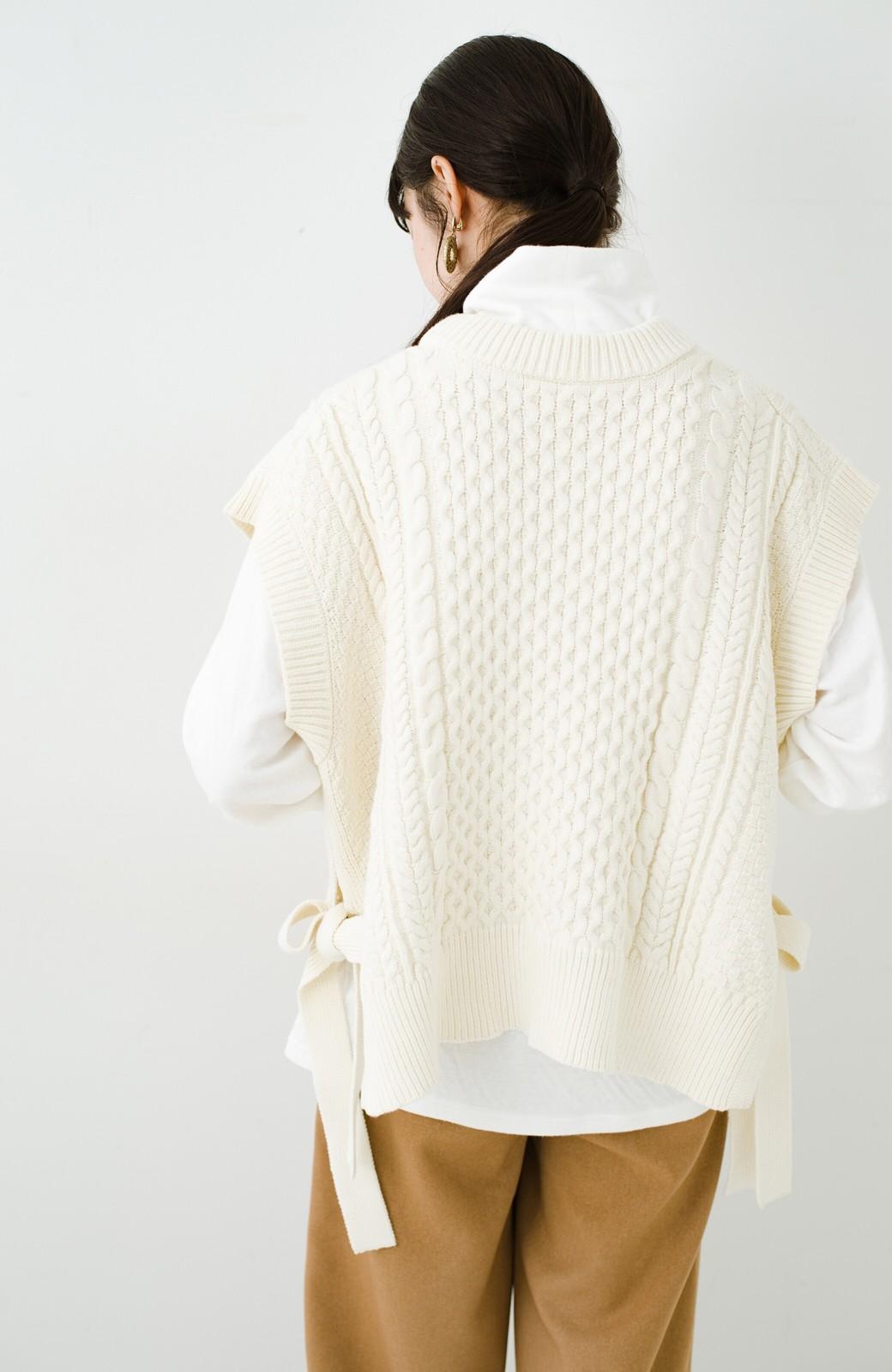haco! ワンピースやシャツに重ねるだけであっという間に今っぽくなれるケーブル編みニットベスト <アイボリー>の商品写真9