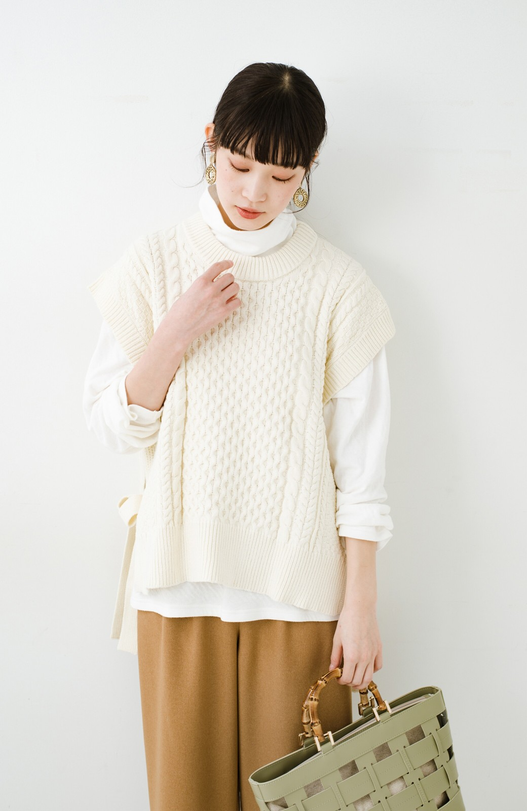 haco! ワンピースやシャツに重ねるだけであっという間に今っぽくなれるケーブル編みニットベスト <アイボリー>の商品写真22