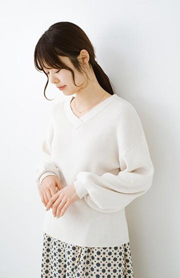 haco! 前後着られて着まわし力2倍 シルク混素材のぷっくり袖Vネックニット <オフホワイト>の商品写真