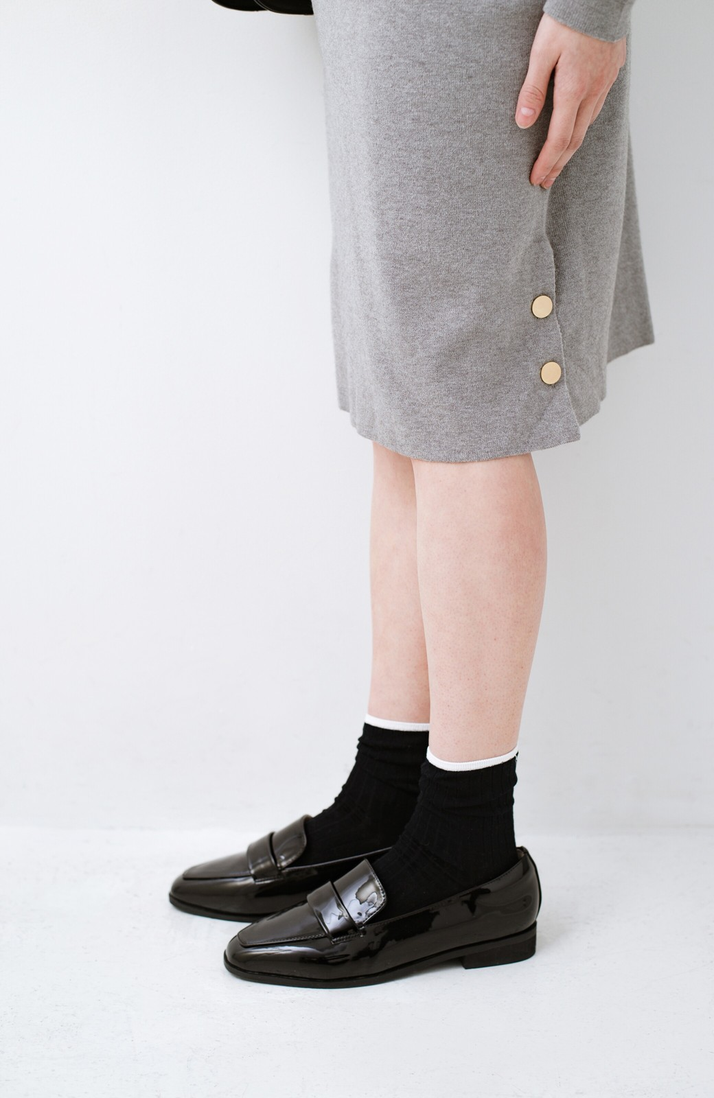 haco! 1枚でも重ね着でもかわいい! ボタン付きスリットが便利なニットワンピース <グレー>の商品写真3