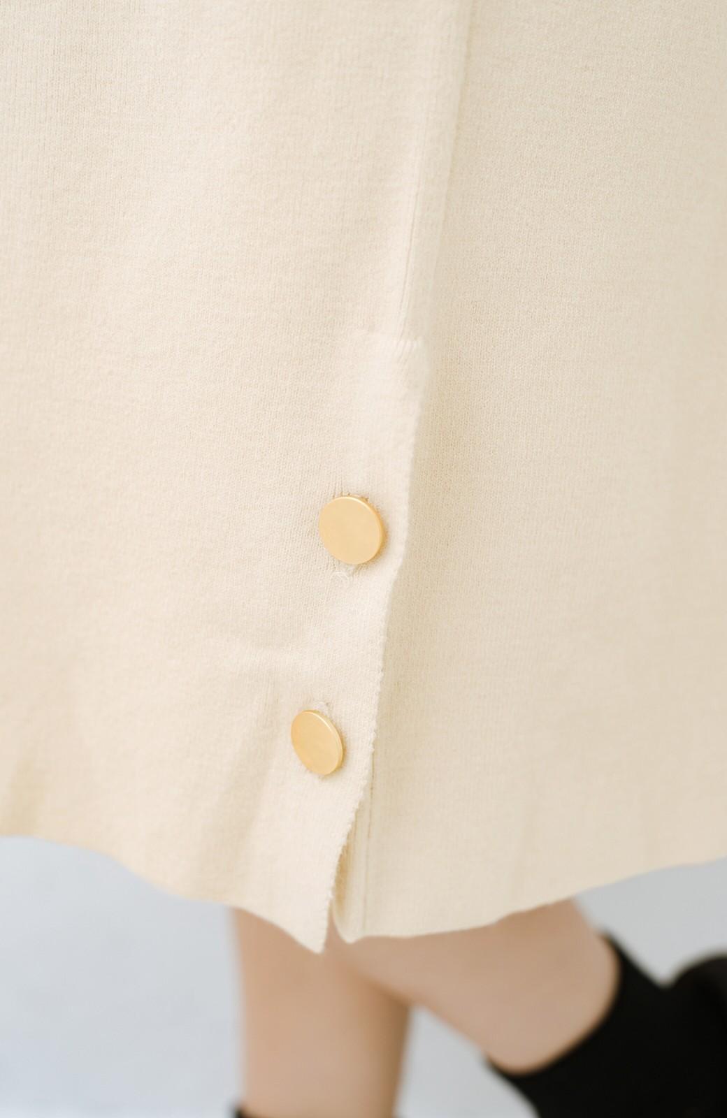 haco! 1枚でも重ね着でもかわいい! ボタン付きスリットが便利なニットワンピース <ライトベージュ>の商品写真5