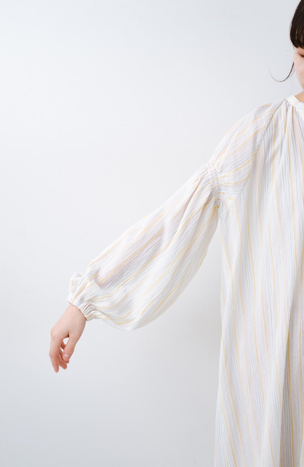 haco! haco! 時間のない朝でも気分の上がる コーデがパッと完成する 羽織にもなるやわらか楊柳素材のストライプワンピース <ホワイト×イエロー>の商品写真8