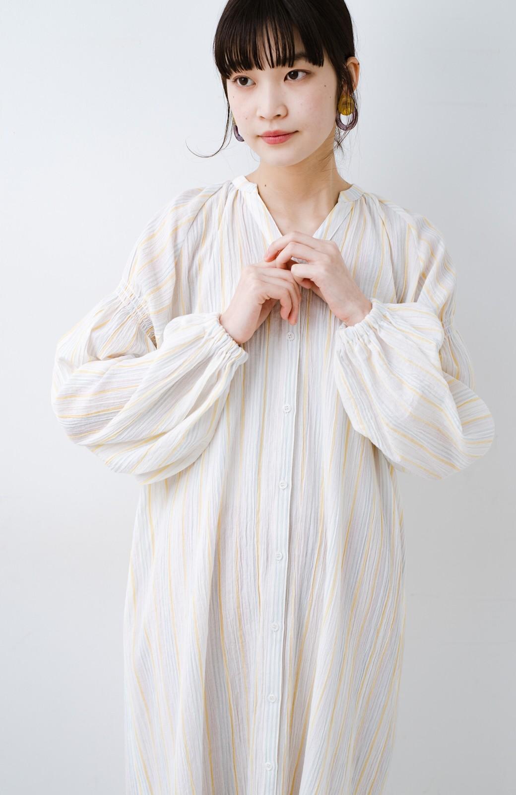 haco! haco! 時間のない朝でも気分の上がる コーデがパッと完成する 羽織にもなるやわらか楊柳素材のストライプワンピース <ホワイト×イエロー>の商品写真19