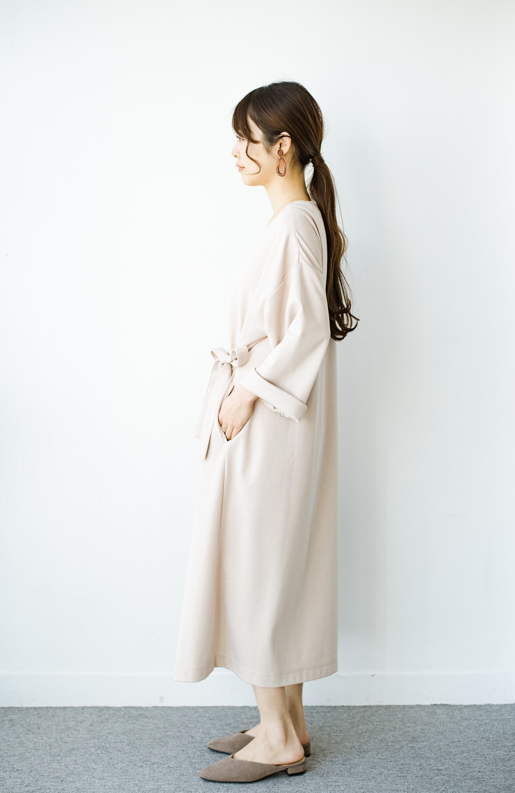 haco! サイドリボンと落ち感が女っぽい 羽織り&重ね着を楽しむカットソーワンピース <ピンクベージュ>の商品写真11