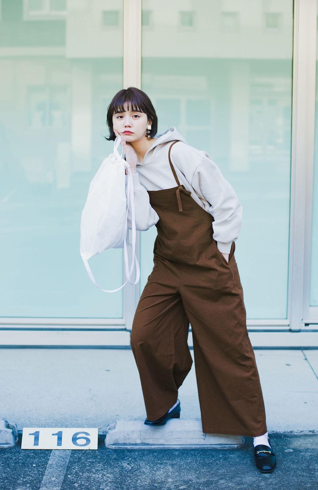 haco! カジュアル派の大人にぴったりな 麻混素材のシックなサロペットパンツ by que made me <ブラウン>の商品写真4