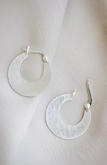haco! コーデをきゅっと引き締めたいときに便利 凛とした横顔になれる三日月形ピアス by ciika <シルバー>の商品写真