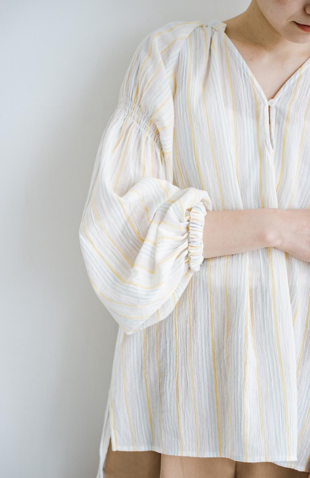 haco! 気になるところをかわいく隠してぱっと華やか やわらかな楊柳ストライプブラウス <ホワイト×イエロー>の商品写真4