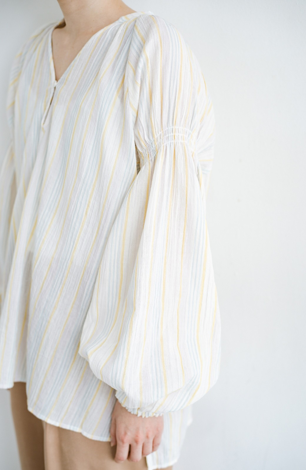 haco! 気になるところをかわいく隠してぱっと華やか やわらかな楊柳ストライプブラウス <ホワイト×イエロー>の商品写真5