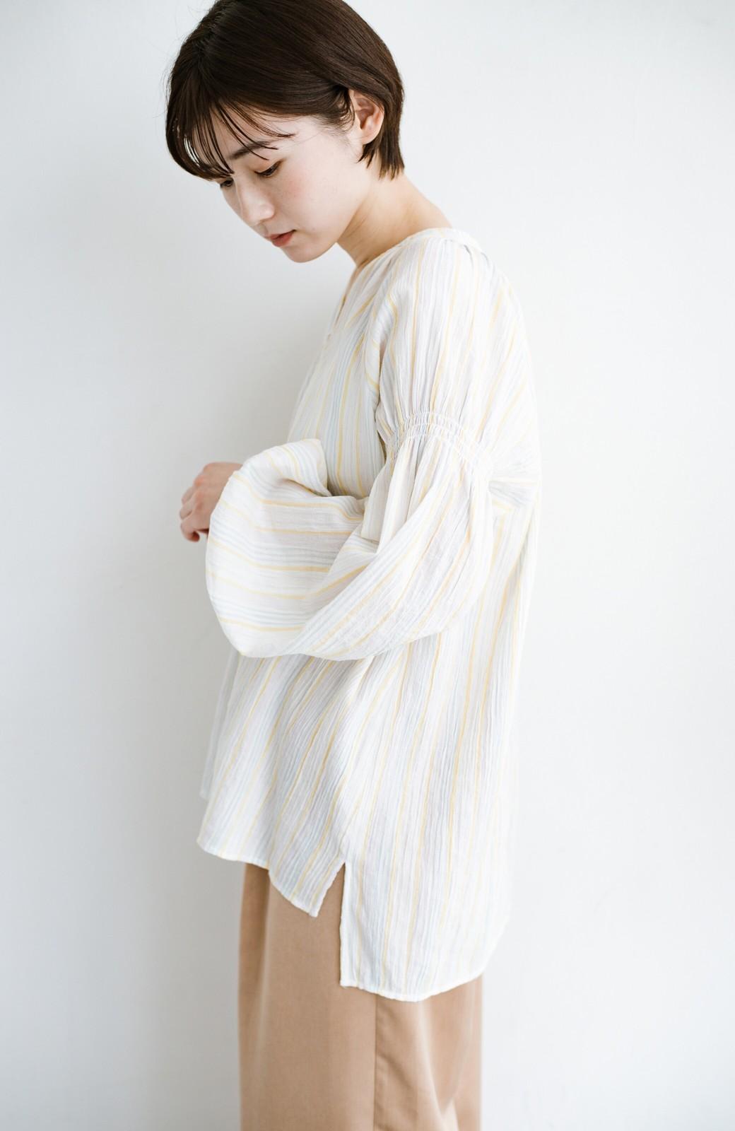 haco! 気になるところをかわいく隠してぱっと華やか やわらかな楊柳ストライプブラウス <ホワイト×イエロー>の商品写真14