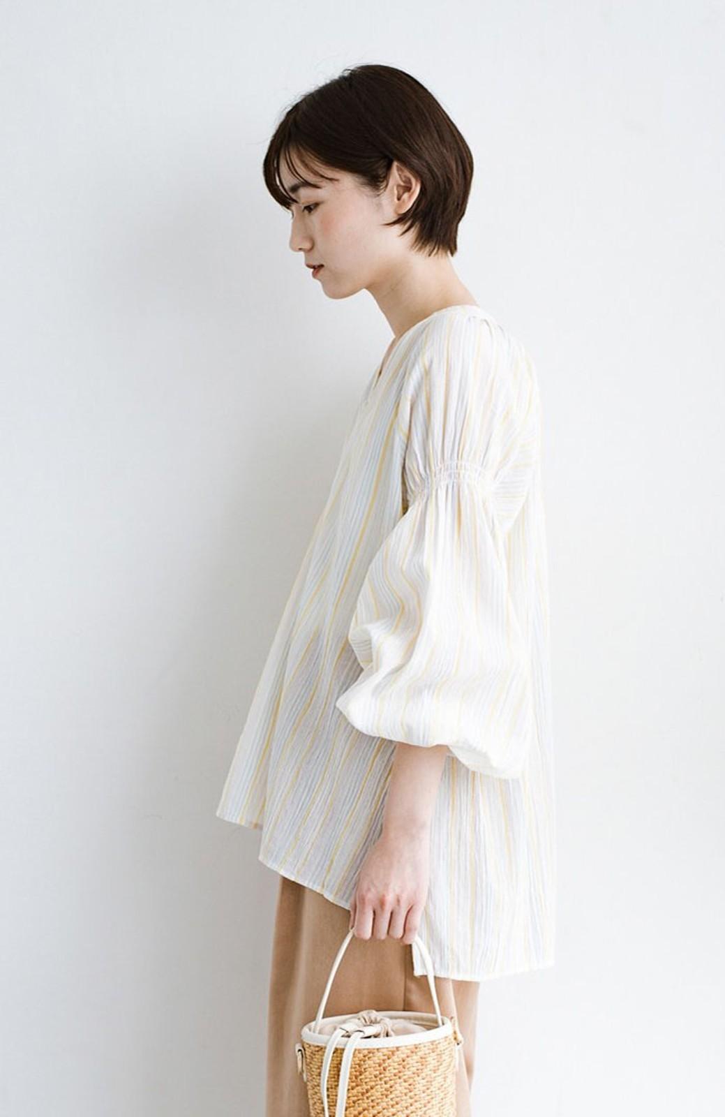 haco! 気になるところをかわいく隠してぱっと華やか やわらかな楊柳ストライプブラウス <ホワイト×イエロー>の商品写真3