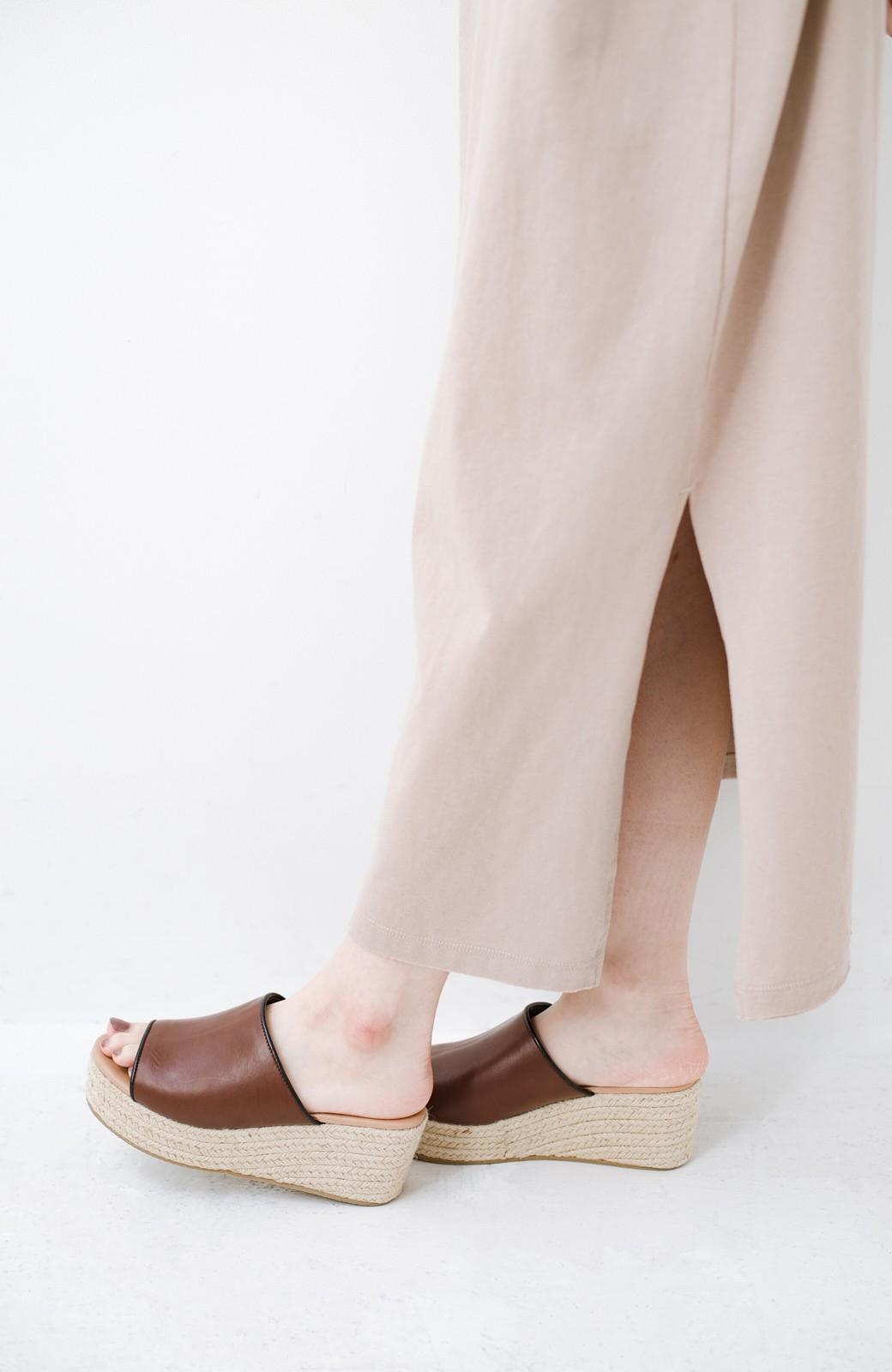 haco! 足を甘やかしながらもすっきり見せたいときに便利な バイカラーのプラットフォームサンダル <ブラウン>の商品写真4